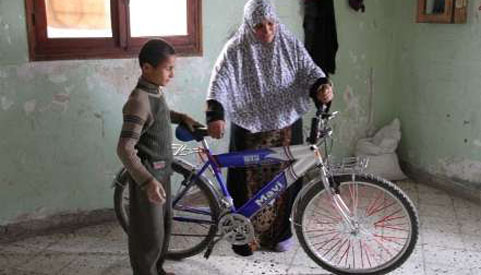 Ayyoub dan ibunya bersama basikal yang diterima beberapa hari sebelum dibunuh